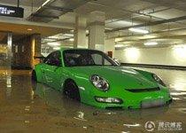 直击国外地下车库被淹的豪车