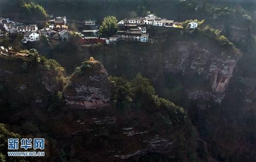 险!建在500米悬崖峭壁上的村庄