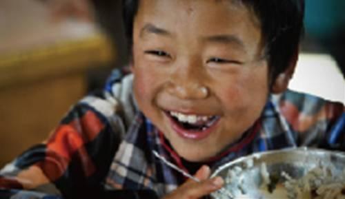 为山区贫困儿童赠书捐物