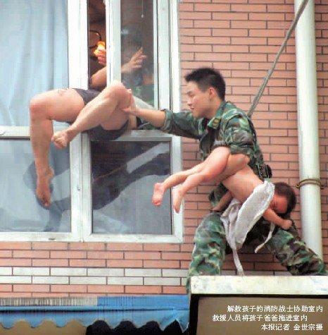 父亲将2岁女儿倒悬窗外 遭上百群众围殴(图)