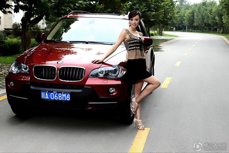 美女用性感驾驭宝马 x5