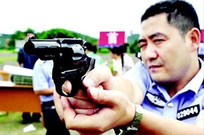绵阳民警配9毫米转轮手枪 含手枪普通弹(图)