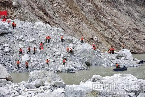 武警战士在堰塞湖塌方区作业