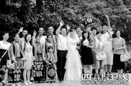 王泽平(左)和舒梅及亲戚朋友