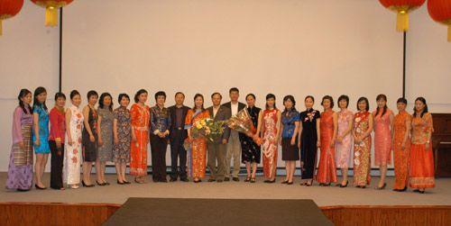 中国驻加拿大使馆领导与使馆服装表演女同志合影