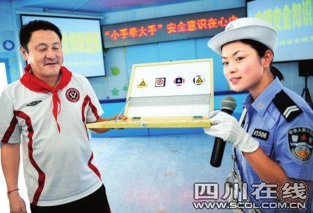 家长马明宇参加学校交通安全课
