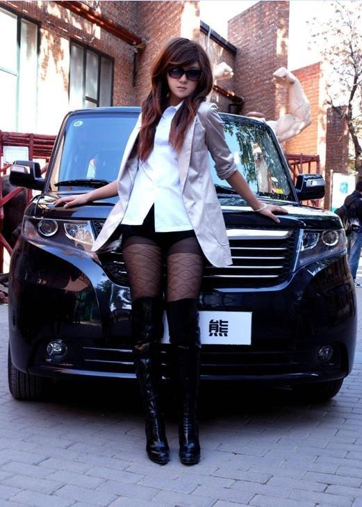 长腿黑丝美女与酷熊的亲密接触 大成车模