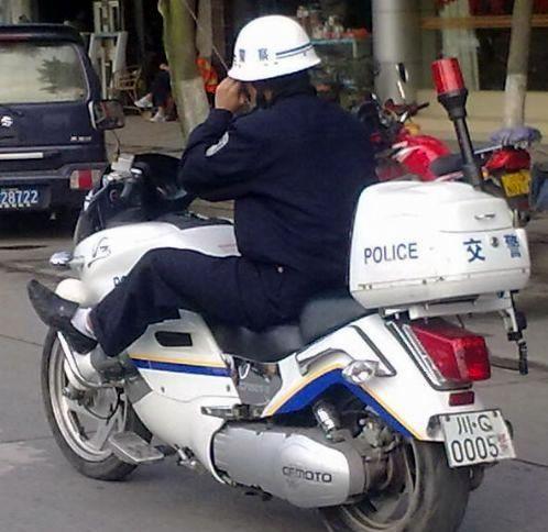 宜宾一交通协警骑警用摩托车姿势不雅被曝光