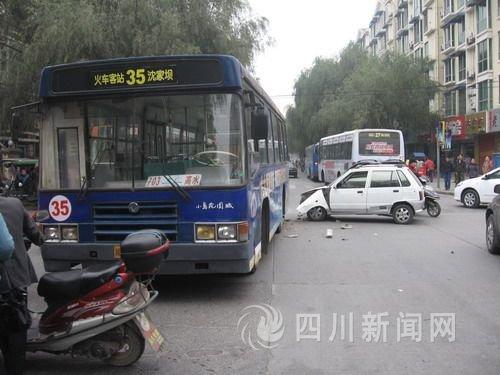 事故现场 图为该辆无证驾驶的公交