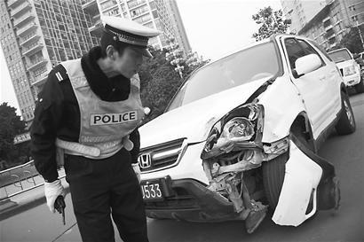 成都一团伙偷越野车被发现 闹市连撞4车1人