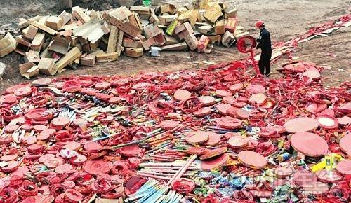 成都警方销毁一批伪劣烟花爆竹 火药量达6吨