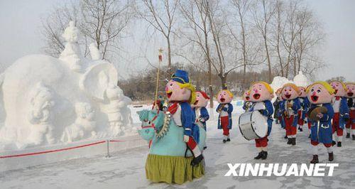 卡通巡游队伍在哈尔滨太阳岛国际雪雕艺术博览会上表演.新华社发
