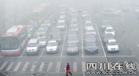 成都遭遇今冬最浓大雾 严重影响车辆通行(图)