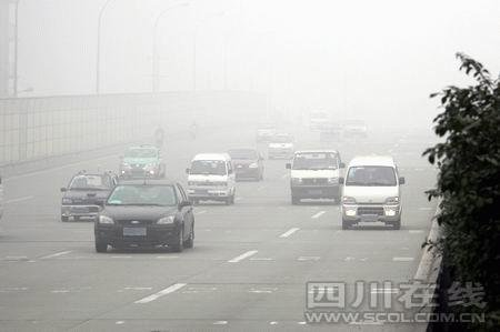 成都连续3天大雾预警 交警传授8条行车秘籍