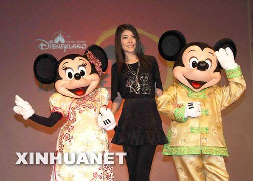 1月4日,陈慧琳来京出席活动,左拥右抱卡通人物米奇和米妮.