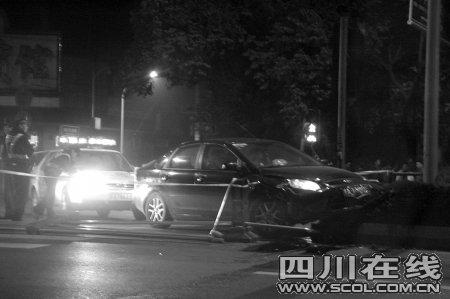 3男子驾车高速逆行撞车后逃逸 警察鸣3枪追击