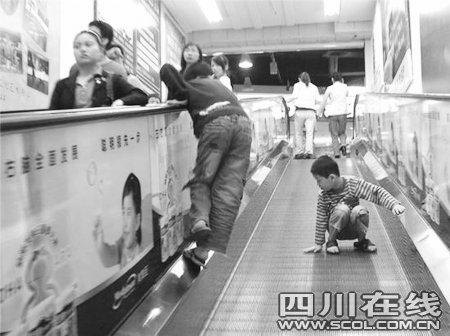 四岁男孩卷入扶梯续:爬扶手逆行是主要原因