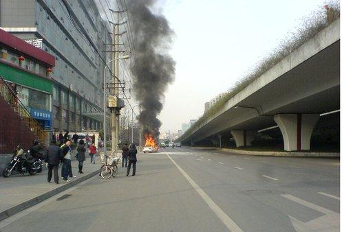成都一夏利车突然自燃 火势较大车被烧成空壳