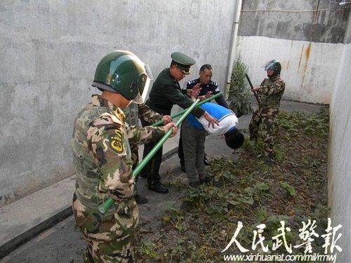 武警官兵抓获企图逃跑罪犯 图片来源:人民武警报