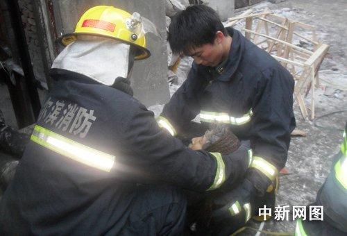 哈尔滨一女子电梯井内捡废品被夹死(组图)