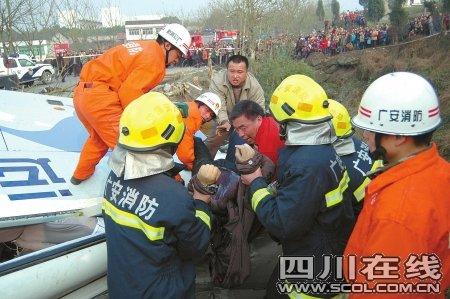 岳池县内中巴车撞上摩托车 翻入沟中死伤惨重