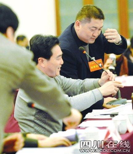 省人代会小组讨论 代表发言积极抢话筒_新闻