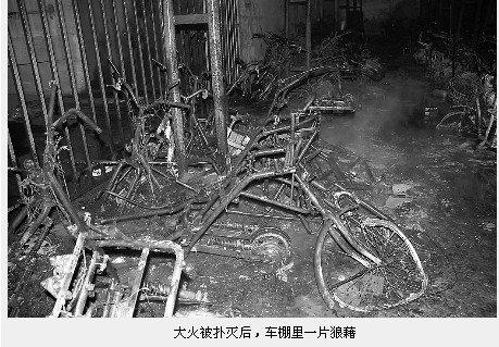 成都某小区车棚电瓶爆炸引火灾 几十辆车被烧