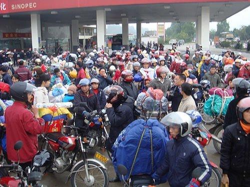珠三角10万农民工组成摩托车大军返乡(图)