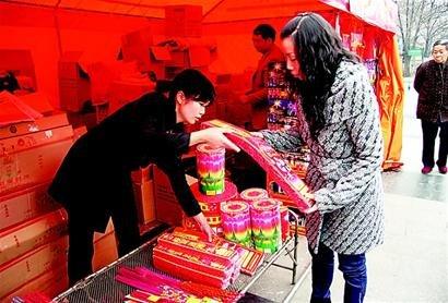 成都正式开卖烟花爆竹 价格比去年低三四成