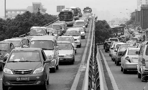1.2万辆机关公车为缓堵提前走 错开车流高峰