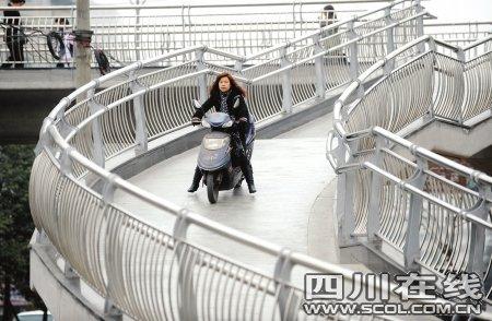 成都开通35座新人行天桥 节后迎来缓堵大考验