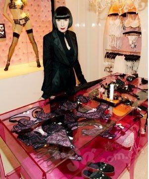 探秘巴黎新闻国际展_女人滚动喜欢内衣用情趣用品插图片
