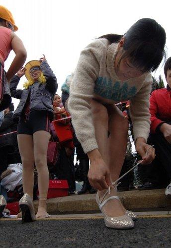 重庆参赛泳装高跟鞋比赛赛跑窒息美女被真空穿美女举行(图)图片