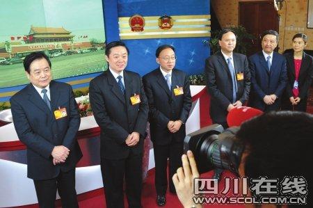 刘奇葆蒋巨峰看望报道全国两会的四川记者