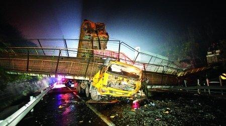 渝武高速附近天桥垮塌 或因货车超速所致(图)