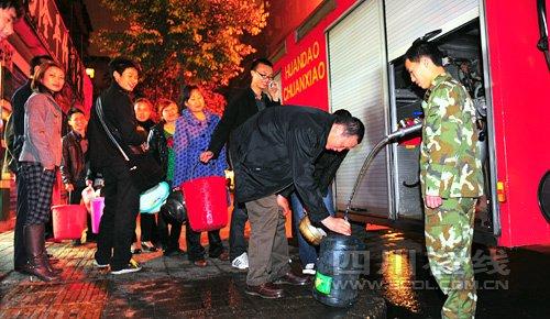21点40分左右,成都市消防支队第五中队派出消防车为营康路营中巷居民送水。(摄影 四川在线记者喻茂)