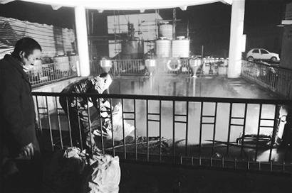 都江堰三男子违法倒垃圾导致水源污染 被刑拘