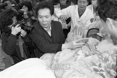 首名抵蓉的伤员是成都人 女儿问候让其落泪