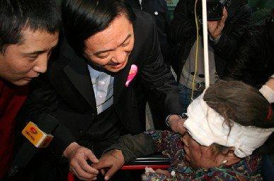 刘奇葆蒋巨峰看望转运治疗的玉树地震伤员