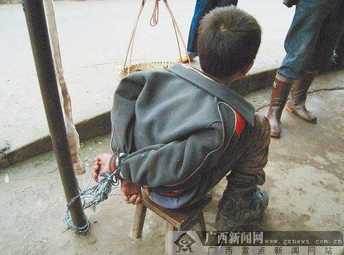 南宁一男孩商店行窃 被绑店门口引人围观(图)