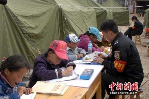 成都特警队员为玉树受灾小学生上课(组图)