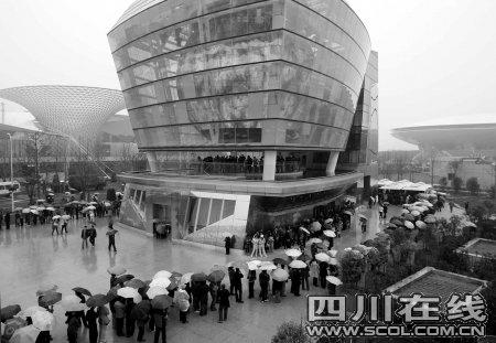 上海世博园试运行首日 20万人冒雨入园观赏