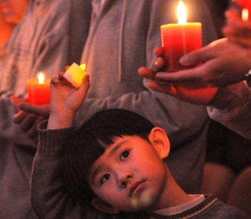 首都各高校学生为地震灾区同胞烛光祈福(图)
