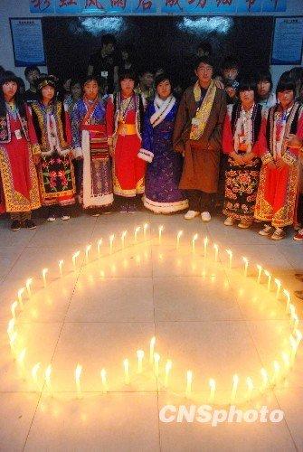 组图:泸州49名藏区学生异乡烛光寄哀思