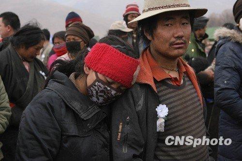 青海民众在风雪中悼念玉树地震遇难者(图)