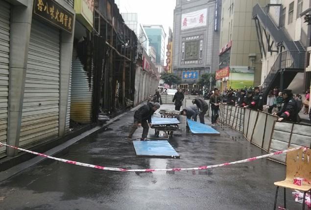 成都春熙路联升巷四五家店铺着火 招牌被烧光(图)