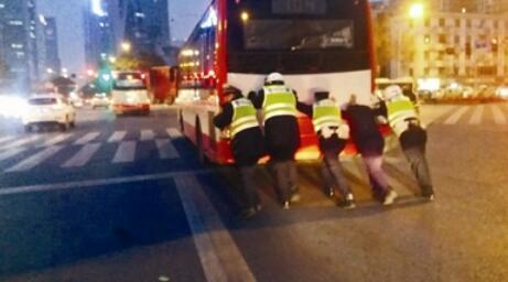 成都晚高峰一公交车抛锚 交警联手推车40米获点赞