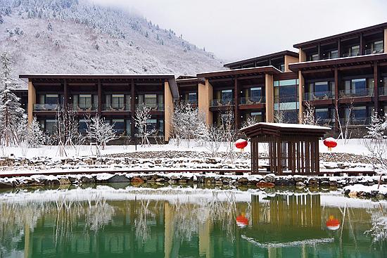 九寨鲁能希尔顿:隐匿在山林古藏寨的梦幻理想国