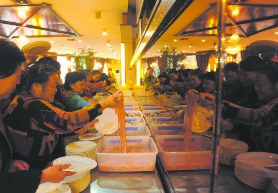 成都某火锅店闭店前免费吃 一大早几百人排队