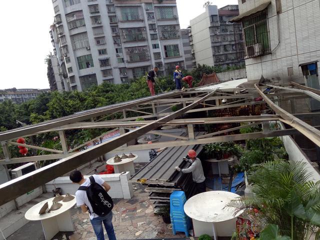 红星街道拆除二层违建彩钢棚近700平米(图)